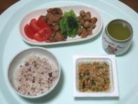 12/7 昼食 納豆、ゴボウ揚げ、鶏軟骨揚げ、小松菜おひたし、トマト、雑穀ごはん