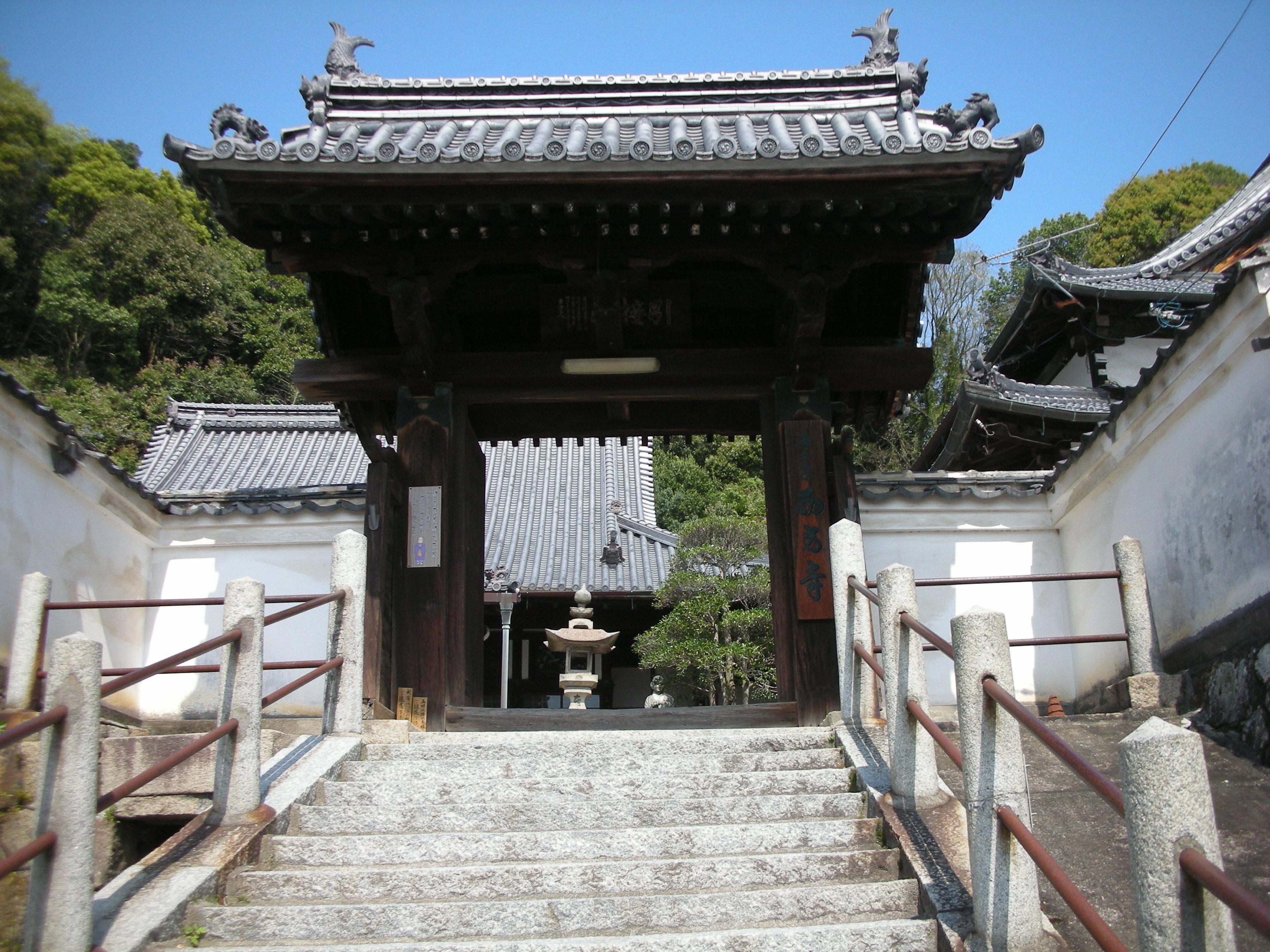 振り返ってはいけない西方寺さんの山門