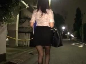 アダルト 夜道を一人歩く美人OLの背後から・・・