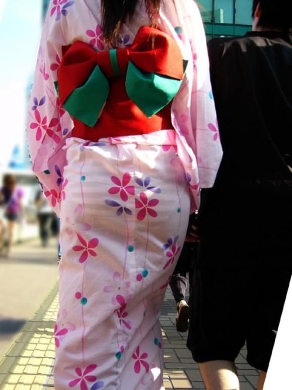 【夏限定】素人浴衣女子のしゃがみ込みパンチラ透けパン胸チラがエロい!【画像30枚】003_20160428103341330.jpg