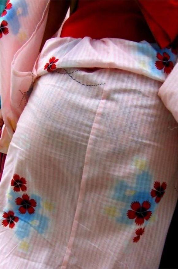 【夏限定】素人浴衣女子のしゃがみ込みパンチラ透けパン胸チラがエロい!【画像30枚】009_201604281036255c6.jpg