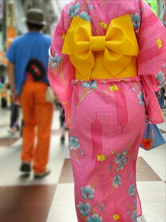 【夏限定】素人浴衣女子のしゃがみ込みパンチラ透けパン胸チラがエロい!【画像30枚】010_20160428103627a8b.jpg
