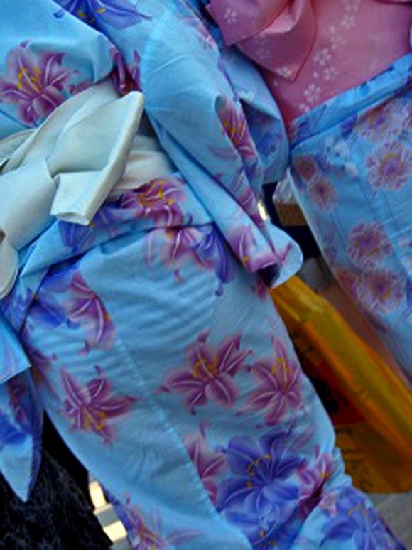 【夏限定】素人浴衣女子のしゃがみ込みパンチラ透けパン胸チラがエロい!【画像30枚】013_20160428103654287.jpg