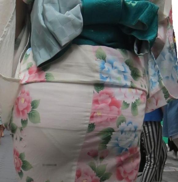 【夏限定】素人浴衣女子のしゃがみ込みパンチラ透けパン胸チラがエロい!【画像30枚】018_201604281037121e7.jpg