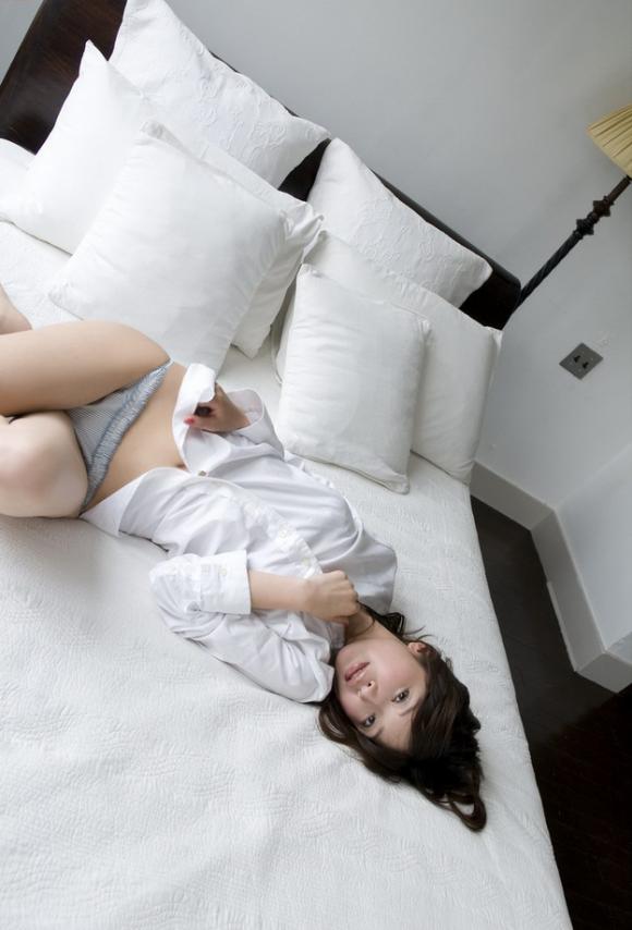 【エロ画像】こんな風にベッドから誘う女を前にしたらチンコフルボッキで襲っちゃうしかないwwwwwww01_201512080353405a5.png