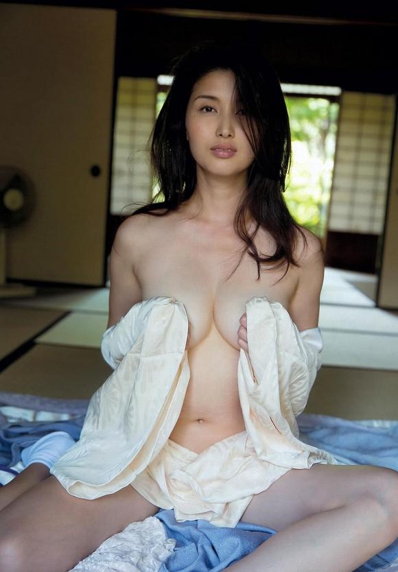 橋本マナミちゃんのフェロモンがプンプン伝わってくるセクシーグラビア画像【30枚】01_201512230316221f9.jpg