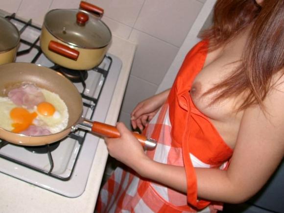 裸エプロンみたいにエロい格好で料理してる女の子のエロ画像をくださいwwwww【画像30枚】01_20160212203301637.jpg
