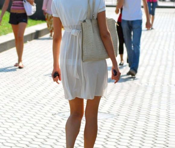 外なのにこんなパンツ透け透け公然猥褻な服装が許されるなんて・・・・・wwwwwww【画像30枚】01_20160225202902db8.jpg