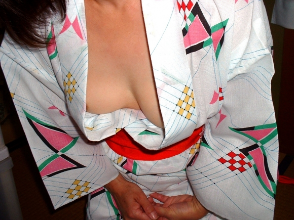 身内だからと油断して晒した胸チラがヤバすぎるwwwリア充は毎日こんなん見てるのかよwww01_20160407012146730.jpg