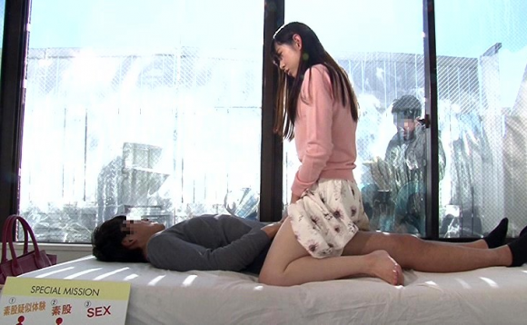 【エロ動画】「マジックミラー越しなら大丈夫」って簡単に浮気セックスを許しちゃう女子大生ヤバしwwwwwww01_20160410234221bf2.png