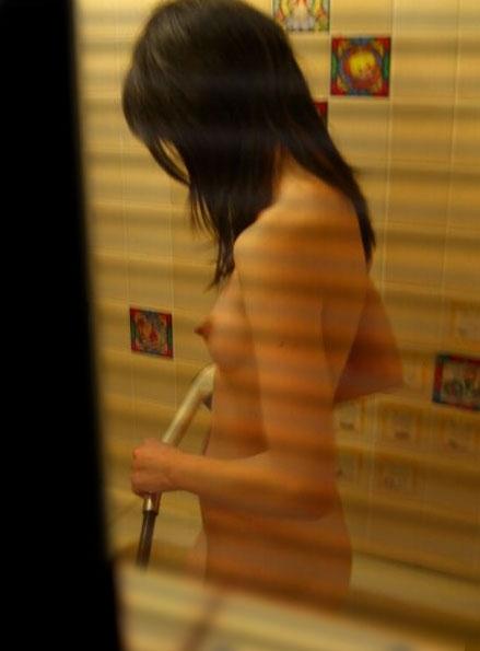 【民家盗撮】入浴中の素人を狙ったお風呂場の盗み撮りに成功したった!【画像30枚】01_201606241436405a8.jpg