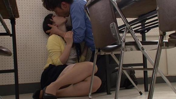 【エロ動画】美人教育実習生が性欲盛んな男子生徒たちに襲われてる・・・01_2016080703155692d.png