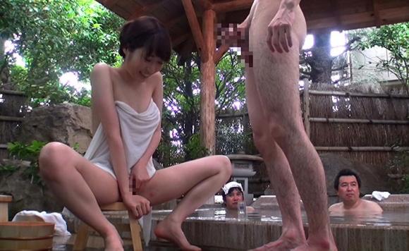 【エロ動画】温泉旅行中の巨乳女子大生が一般男性とオナニー見せ合いっこ!01_2016082015224390f.png