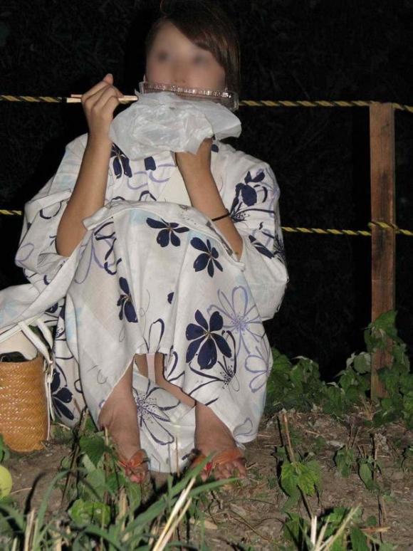 【夏限定】素人浴衣女子のしゃがみ込みパンチラ透けパン胸チラがエロい!【画像30枚】023_201604281037463a5.jpg