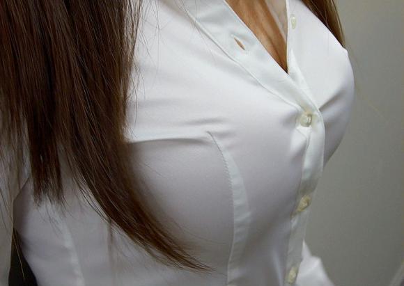 巨乳っ娘がワイシャツ着てるって反則wwwパツパツすぎwwwwwww【画像30枚】02_20151226145413386.png