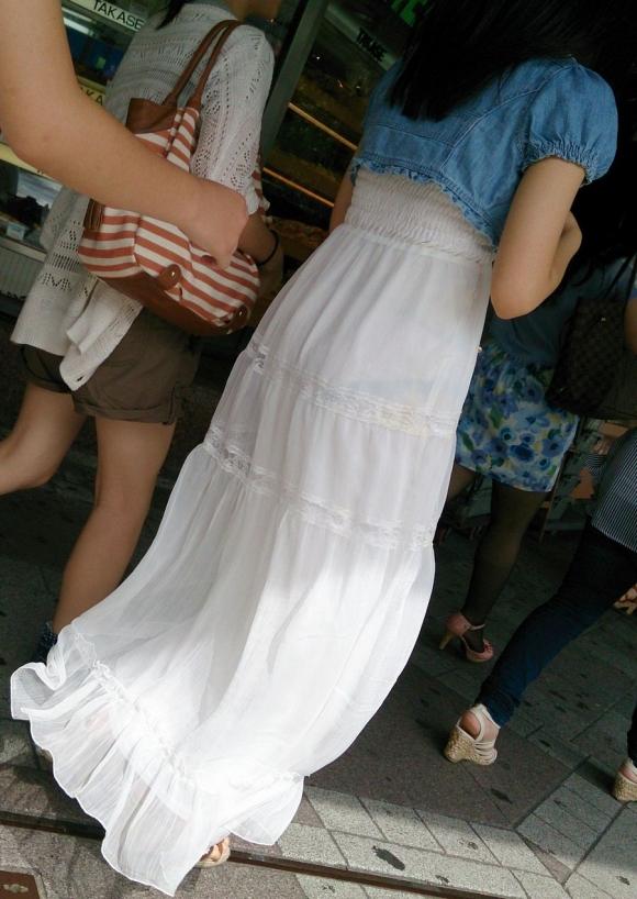 外なのにこんなパンツ透け透け公然猥褻な服装が許されるなんて・・・・・wwwwwww【画像30枚】02_20160225202904efd.jpg