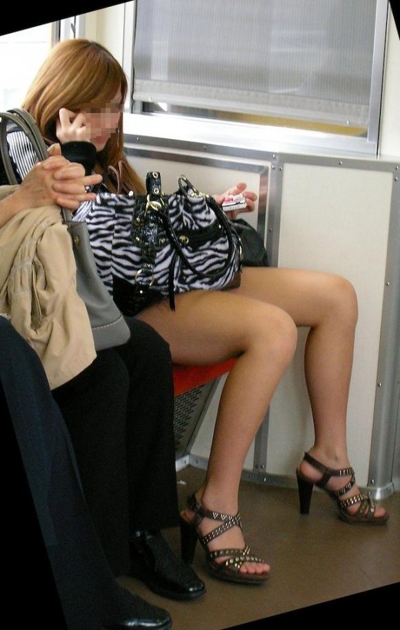 電車内でエロい太ももを曝け出してる女の子の盗撮に成功wwwwwww【画像30枚】02_20160306233930a8e.jpg