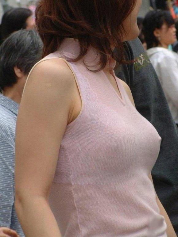 【街撮り】ちょ・・・まってwww外なのにノーブラで乳首ポッチしてる人がいるんだけどwwwwwww02_20160518020134d55.jpg