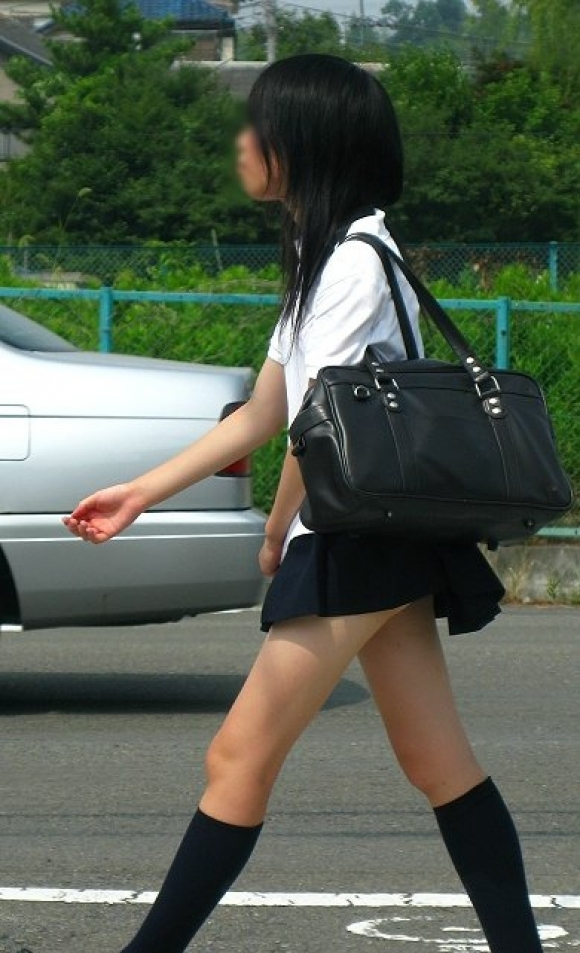 【チラリズム】JKのスカートが短すぎて尻肉チラリが街中で頻発してる件!wwwwwww【画像30枚】02_20160607014801d24.jpg