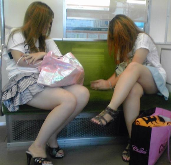 電車内でエロい太ももを曝け出してる女の子の盗撮に成功wwwwwww【画像30枚】03_2016030623393369a.jpg