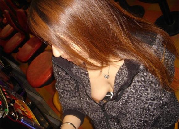 【胸チラ画像】え・・・ちょっとまってwwwかわいぃぃぃぃぃ乳首まで見えちゃってるってwwwwwww【画像30枚】03_20160329145233d25.jpg