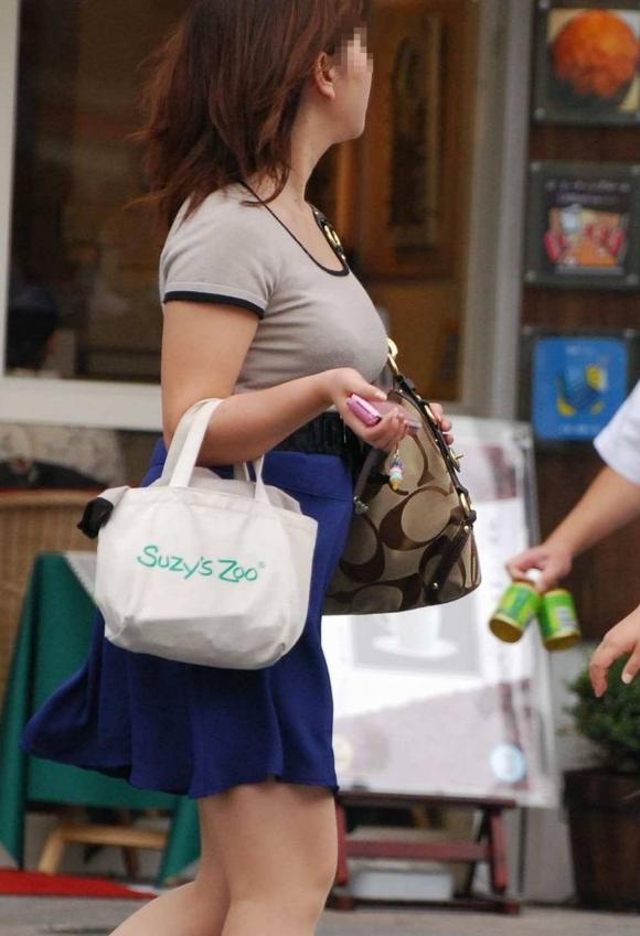 【着衣おっぱい画像】エロ目線で街を歩いたらよくブチ当たる素人の着衣おっぱい画像を並べてみるwwwwwww【画像30枚】03_20160826123509de2.jpg