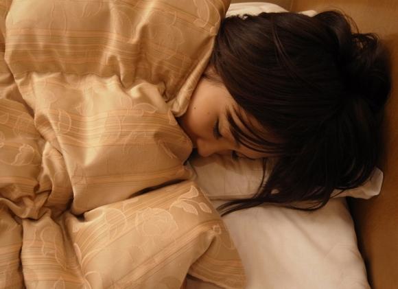 【エロ画像】こんな可愛い女の子がベッドで寝てたら・・・朝から絶対襲っちゃうよーwwwww04_20151121151647c79.jpg