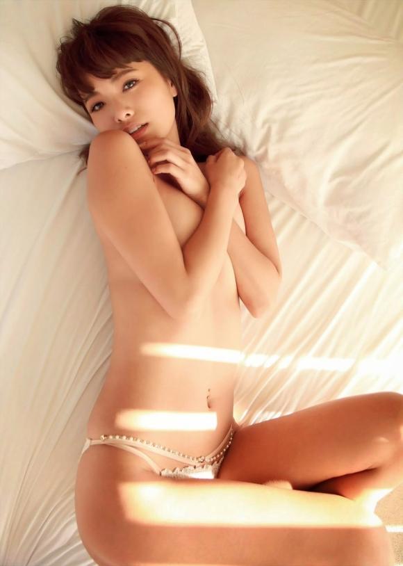 人気巨乳モデル小泉梓ちゃんの手ブラヌードがエロすぎる!【画像30枚】04_20160129023615e40.jpg
