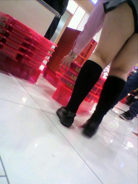 パチンコ店内で撮られたパンチラありの尋常じゃなくエロい店員さんwwwww【画像30枚】04_20160207203023656.jpg