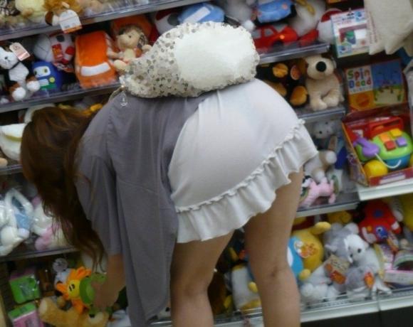 外なのにこんなパンツ透け透け公然猥褻な服装が許されるなんて・・・・・wwwwwww【画像30枚】04_2016022520290659e.jpg
