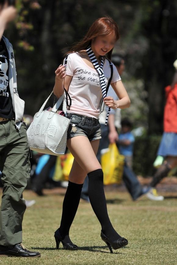【エロ画像】寒くなり探すのが困難になってきたホットパンツ姿やショートパンツ姿の女子がエロいってことを再確認しようwwwww05_201511262210028d0.jpg
