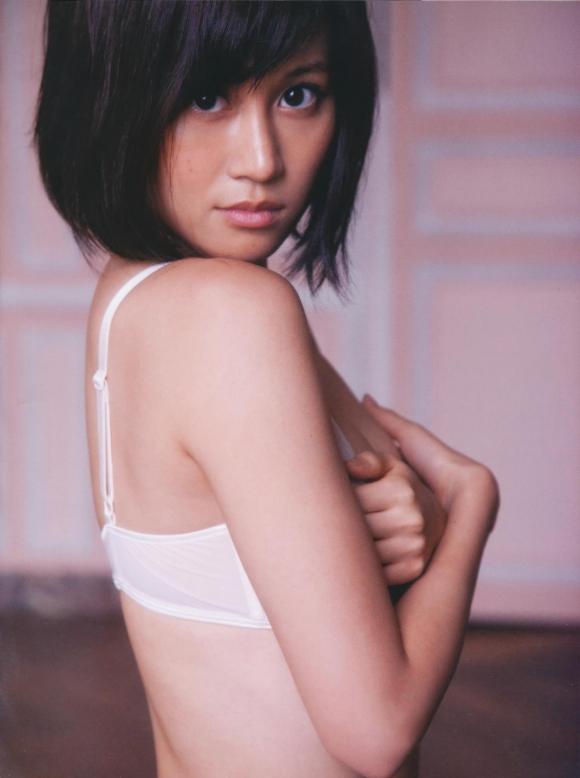 元AKB48あっちゃんこと前田敦子ちゃんの手ブラ半ケツふとももアリのエロかわいいグラビア【画像30枚】05_20151224040452e64.jpg