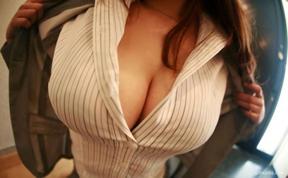 巨乳っ娘がワイシャツ着てるって反則wwwパツパツすぎwwwwwww【画像30枚】05_2015122614541887c.jpg
