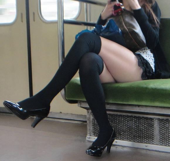 電車内でエロい太ももを曝け出してる女の子の盗撮に成功wwwwwww【画像30枚】05_20160306234316a4e.jpg