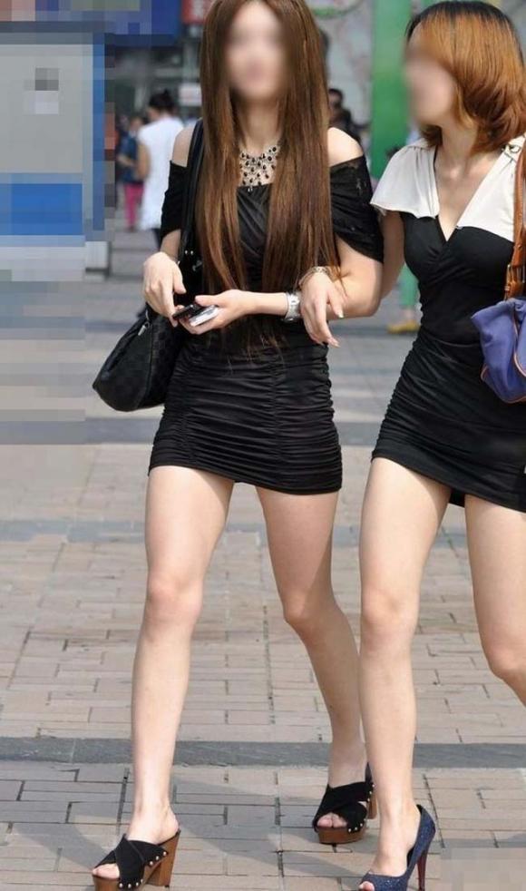 素人なのにパンチラしそうな短すぎるミニスカ履いてる女の子が多すぎるwwwwwww【画像30枚】05_20160730220230924.jpg