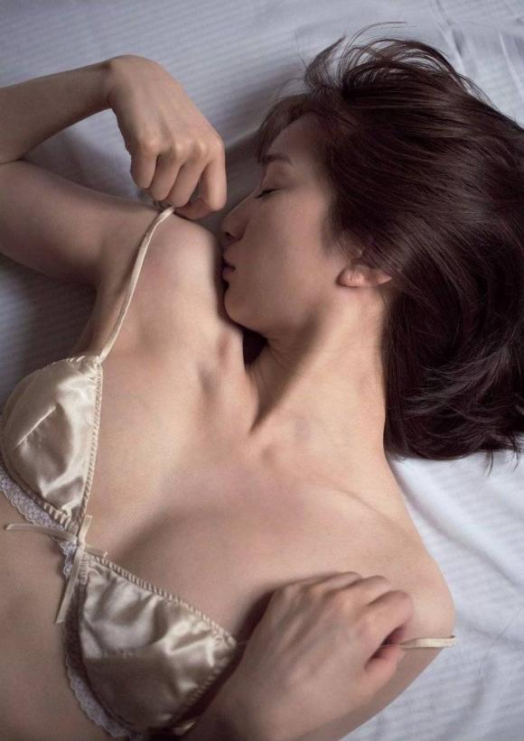 芹那ちゃんのガチ脱ぎ手ブラ画像がセクシーすぎる!【画像30枚】05_201608261225118ba.jpg