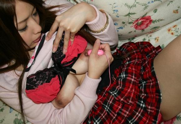 【エロ画像】クリや乳首を自分でピンポイントにローターで攻めて喘ぐ女ってMなの?wwwwwww06_20151207175137c84.jpg