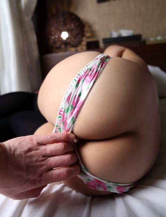 【エロ画像】パンツ半脱ぎで半ケツ状態の女の子に興奮が収まりませんwwwwwww06_20151213132445021.jpg
