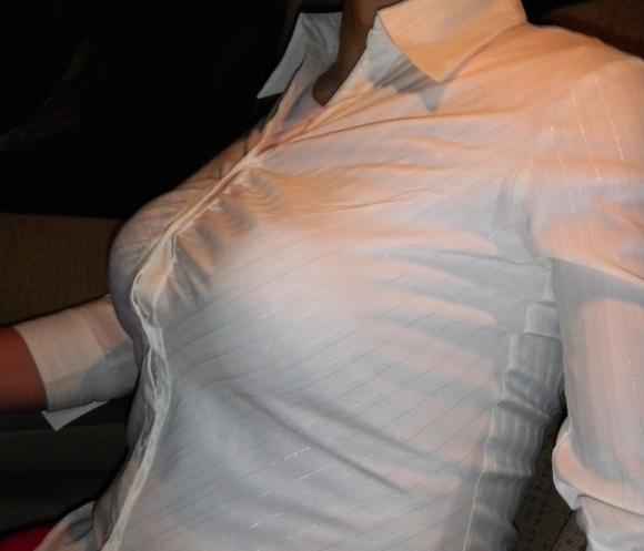 巨乳っ娘がワイシャツ着てるって反則wwwパツパツすぎwwwwwww【画像30枚】07_20151226145513982.jpg