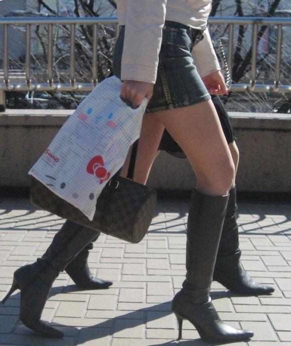 街でミニスカブーツの女の子を見ると無意識にガン見してしまう男の習性wwwwwww【画像30枚】07_2016011401502396f.jpg