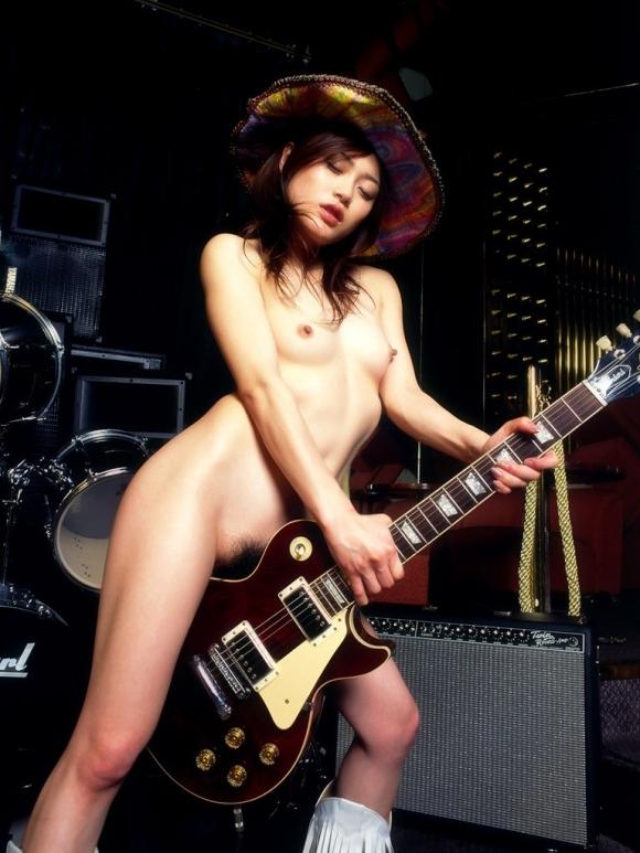 「響け!」軽音部とか吹奏楽部とか楽器持ってるバンドガールのエロ画像をくださいwwwww07_201605101826310c0.jpg