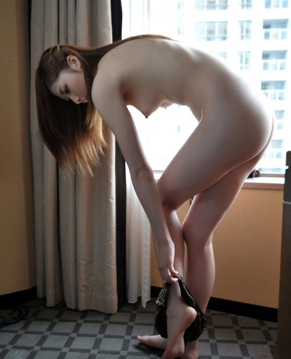 【ドキドキの瞬間】パンティ脱ぎかけの女の子の下半身って妙にエロいよなwwwwwww【画像30枚】07_20160826130523157.jpg
