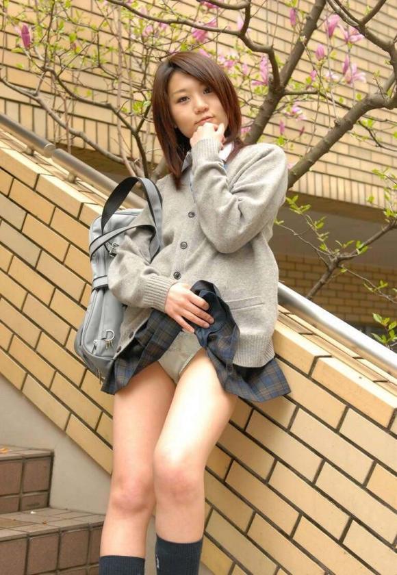【エロ画像】自らスカートをめくりあげて見せてるJKパンツ画像08_20151124214113292.jpg