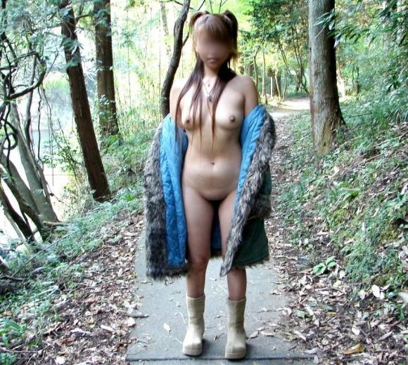 外寒いし見てるこっちが心配になってくる裸コートの露出狂女wwwwwww【画像30枚】08_2015121816554875a.jpg
