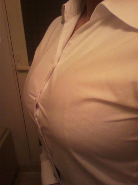 巨乳っ娘がワイシャツ着てるって反則wwwパツパツすぎwwwwwww【画像30枚】08_201512261455157ee.jpg