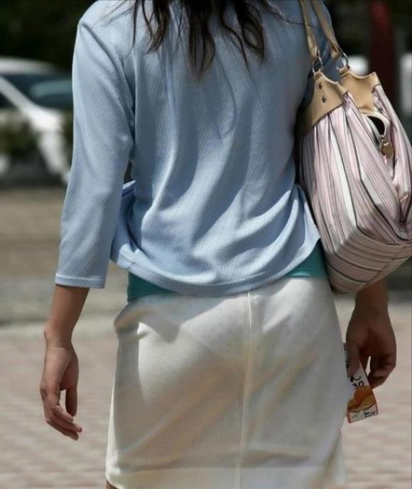 外なのにこんなパンツ透け透け公然猥褻な服装が許されるなんて・・・・・wwwwwww【画像30枚】08_2016022520300764d.jpg