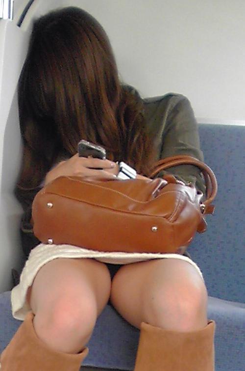 電車内でエロい太ももを曝け出してる女の子の盗撮に成功wwwwwww【画像30枚】08_201603062340459fc.jpg