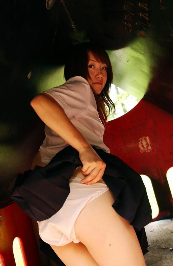 自分で制服のスカート捲り上げるサービス精神満点のJKサイコーwwwwwww【画像30枚】08_20160626102705db9.jpg