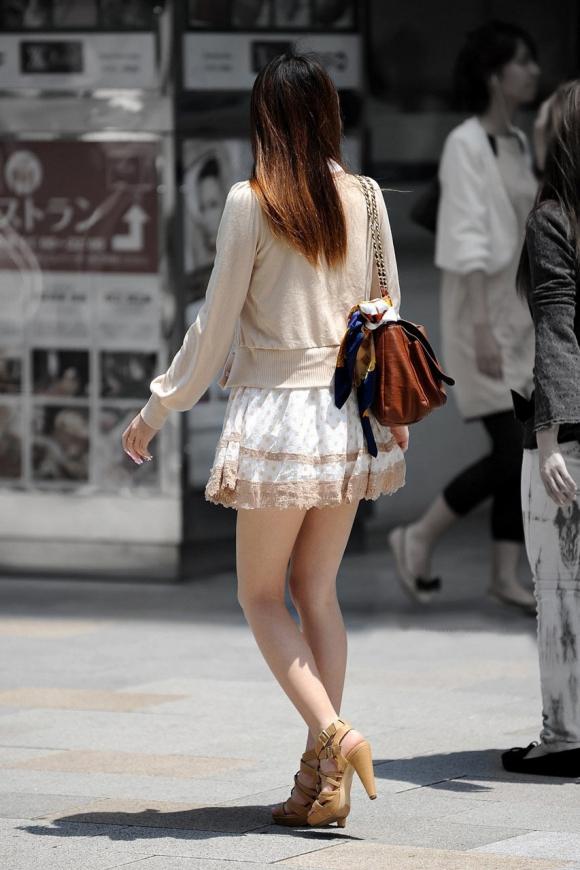 素人なのにパンチラしそうな短すぎるミニスカ履いてる女の子が多すぎるwwwwwww【画像30枚】08_20160730220402363.jpg