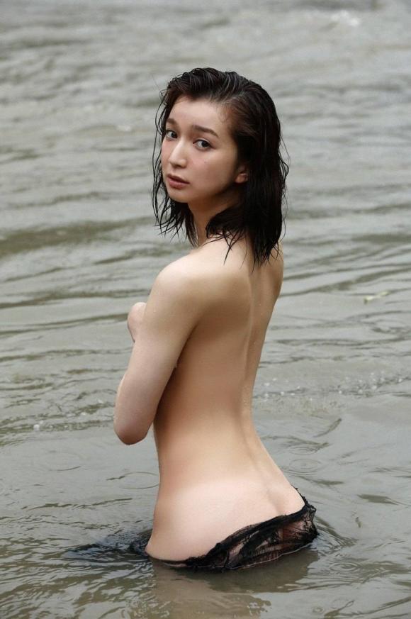 芹那ちゃんのガチ脱ぎ手ブラ画像がセクシーすぎる!【画像30枚】08_20160826122613a34.jpg